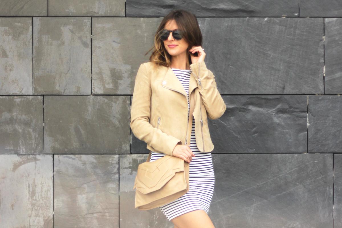 beautyressort-outfit-gestreiftes kleid-beige lederjacke-10
