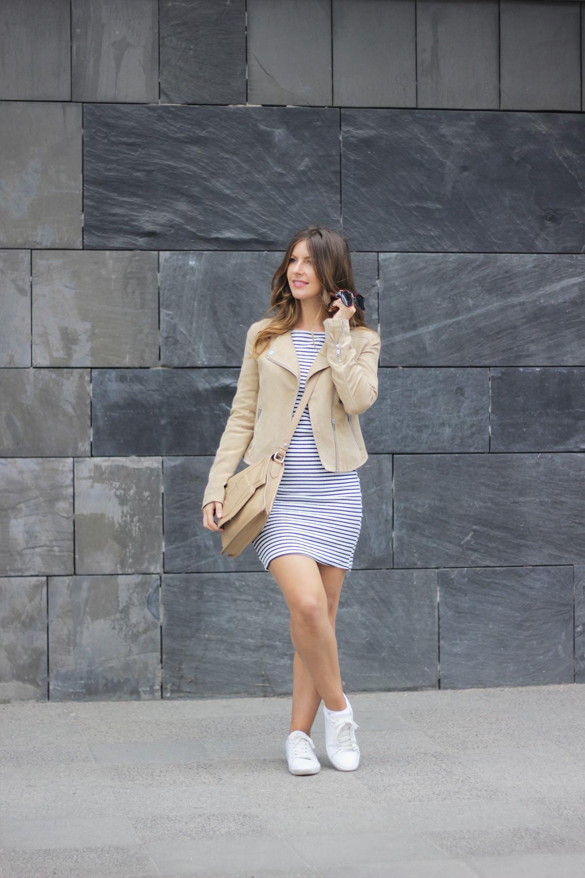 beautyressort-outfit-gestreiftes kleid-beige lederjacke-11