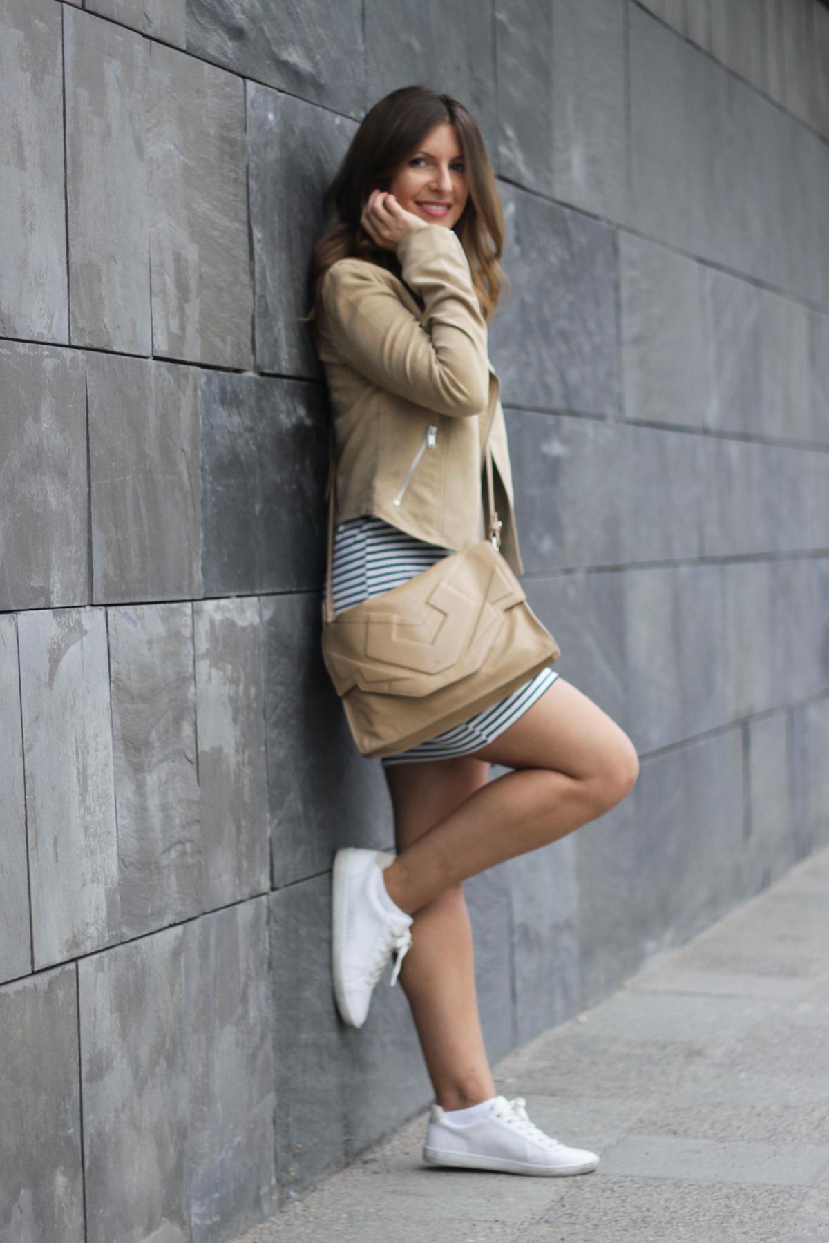 beautyressort-outfit-gestreiftes kleid-beige lederjacke-14
