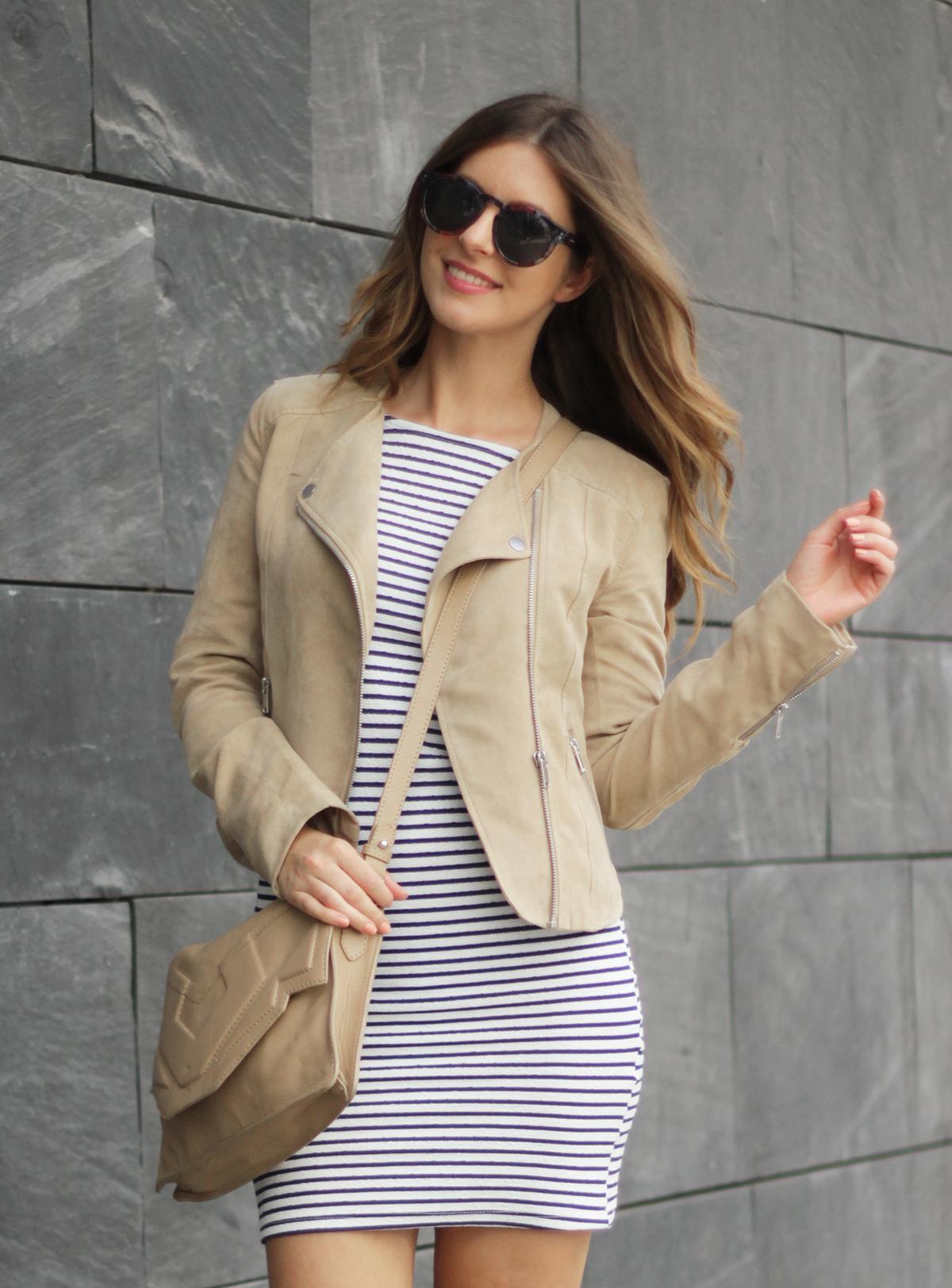 beautyressort-outfit-gestreiftes kleid-beige lederjacke-18