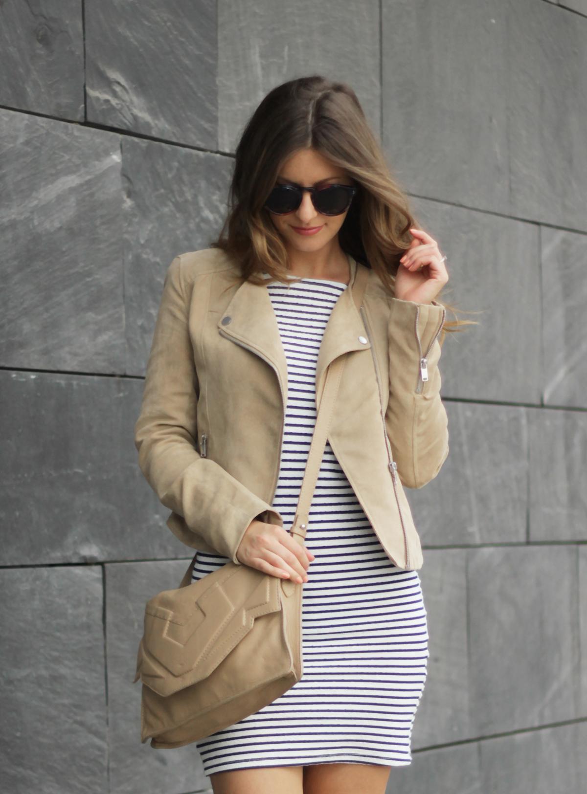 beautyressort-outfit-gestreiftes kleid-beige lederjacke-19