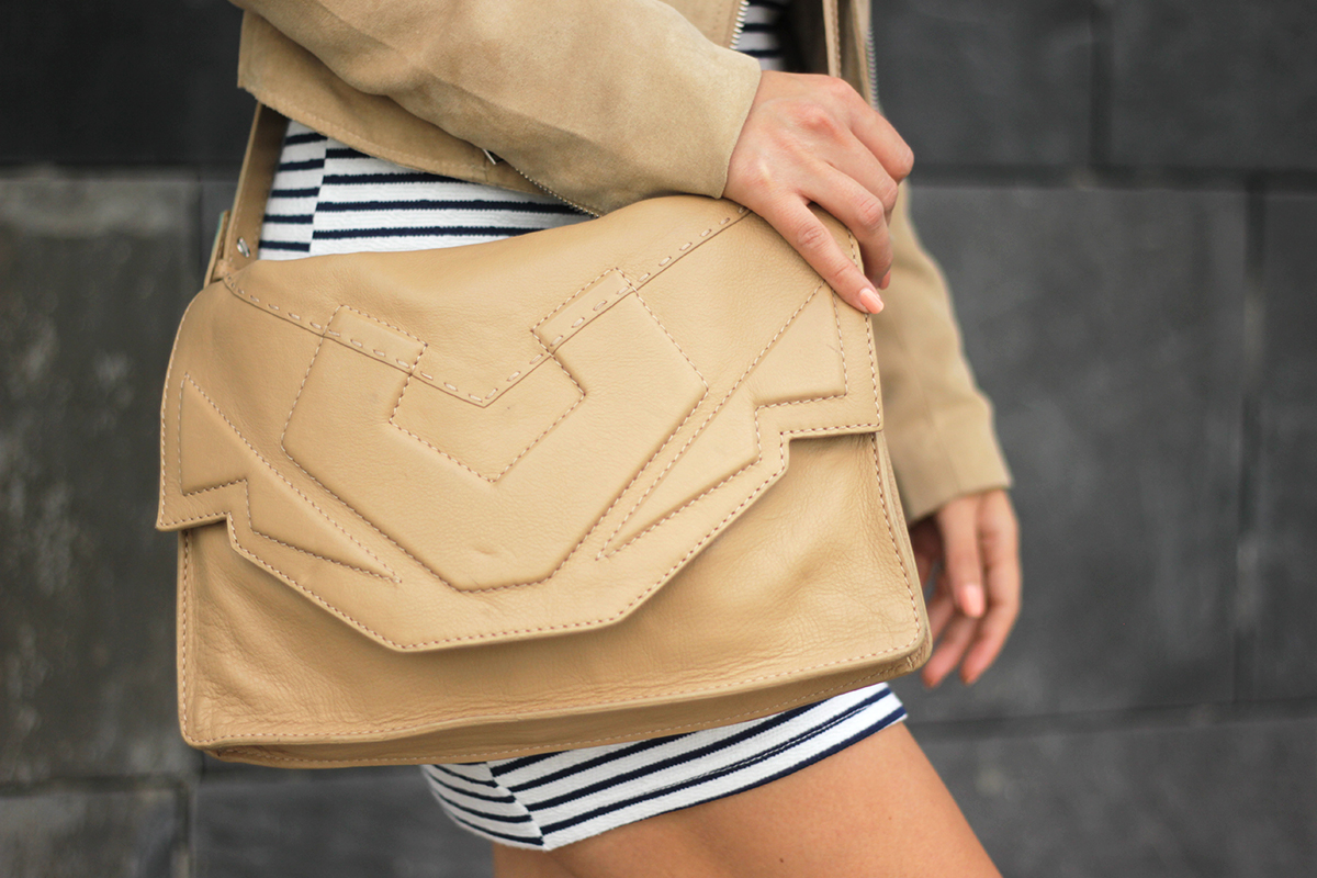 beautyressort-outfit-gestreiftes kleid-beige lederjacke-2