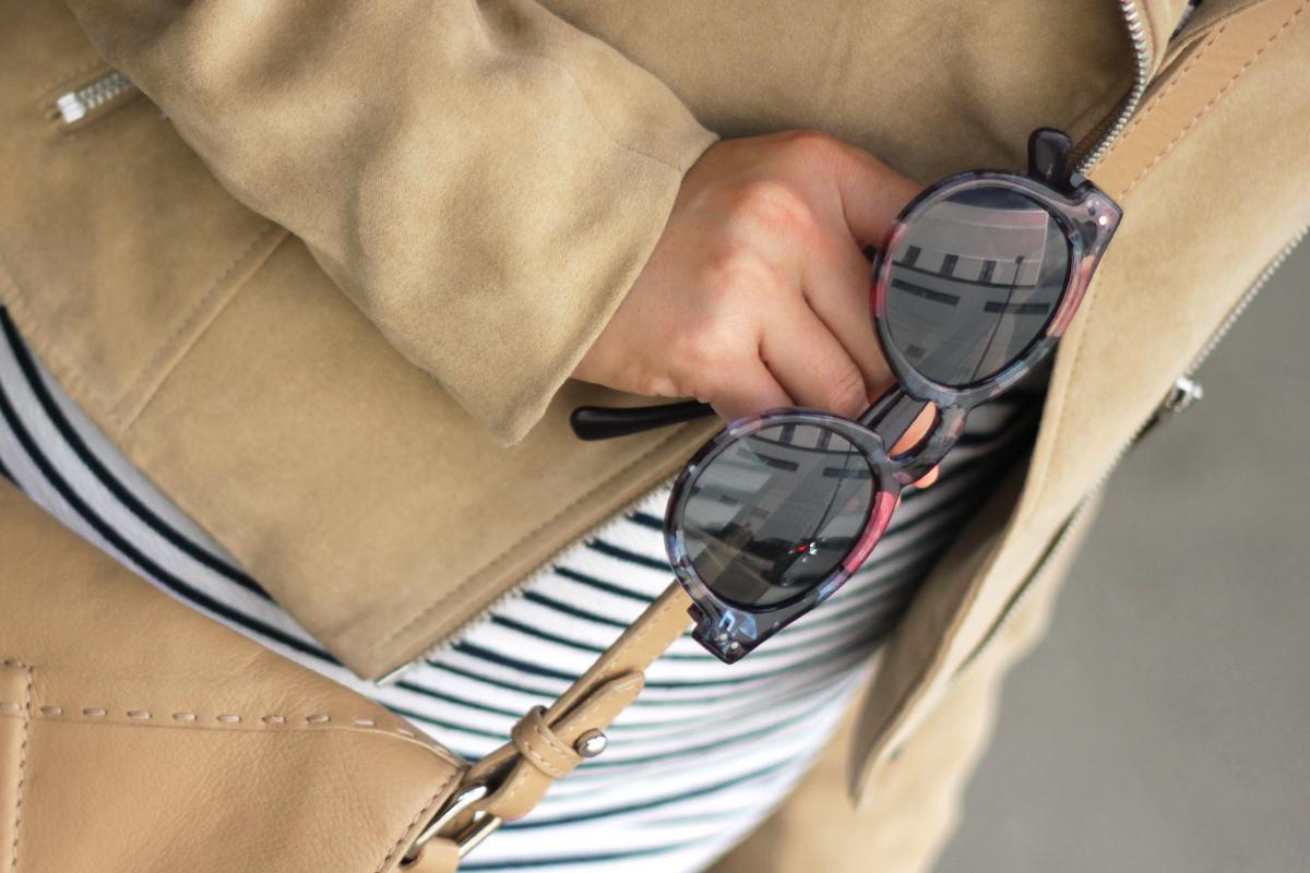 beautyressort-outfit-gestreiftes kleid-beige lederjacke-3