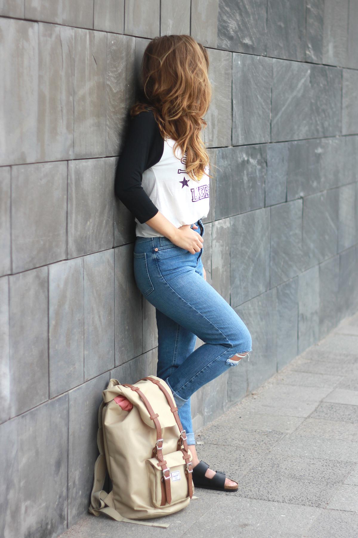 lakers shirt-mom jeans-herschel-birkenstock-outfit-fashionblogger
