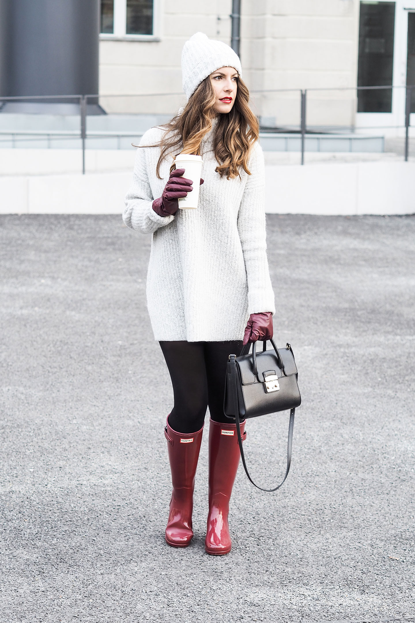 Winter Outfit Grauer Sweater rote Hunter Gummistiefel